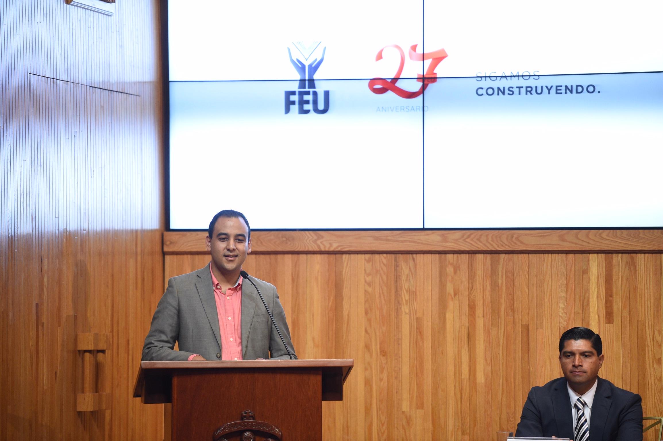 Jesús Arturo Medina Varela, Presidente de la Federación de Estudiantes Universitarios (FEU), frente al pódium haciendo uso de la voz.