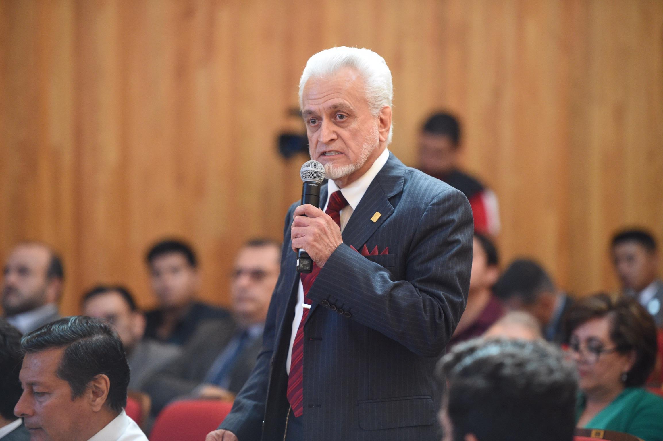 Director de la Prepa 5,  como miembro del Consejo General Universitario; con micrófono en mano, haciendo uso de la palabra.