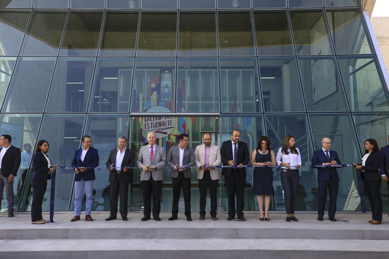 Autoridades de la Universidad de Guadalajara cortando el listón durante la inauguración del CReCE