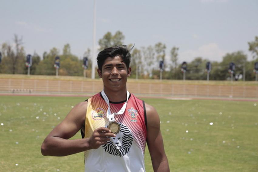 Atleta universitario con su medalla ganada en los juegos Deportivos Nacionales de la Educación Media Superior (JUDENEMS)