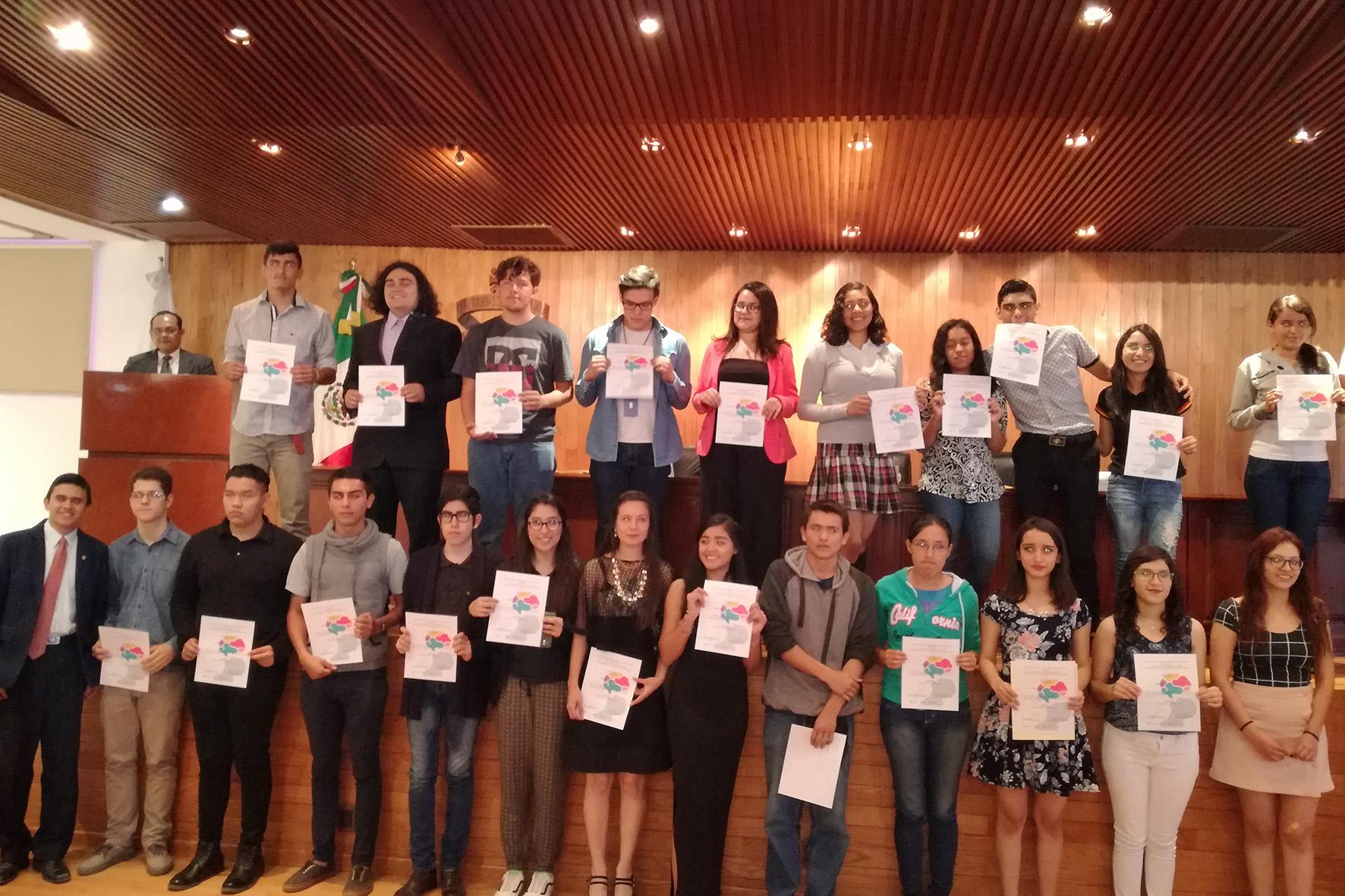 Estudiantes del Sistema de Educación Media Superior (SEMS) de la Universidad de Guadalajara, recibiendo reconocimiento, por su participación en la Olimpiada Mexicana de Filosofía.