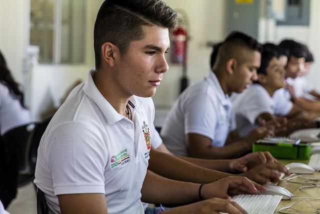 Alumnos del Sistema de Educación Media Superior (SEMS) de la Universidad de Guadalajara (UdeG), utilizando una computadora