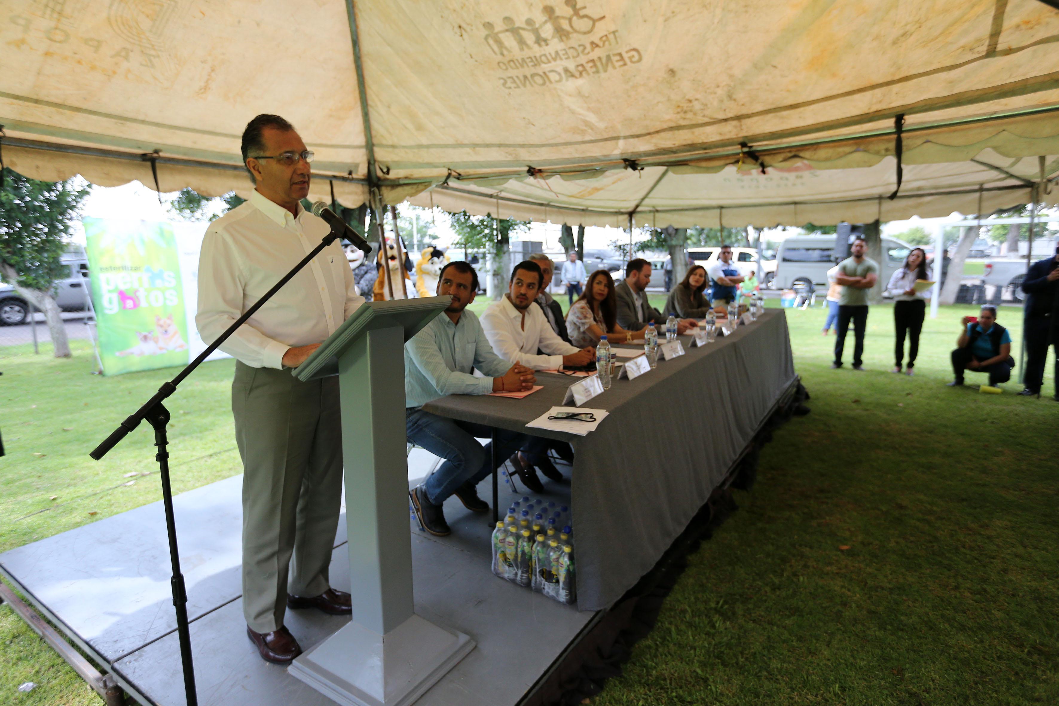 Dr. Mario Real Navarro, profesor investigador del Departamento de Salud Pública haciendo uso de la palabra