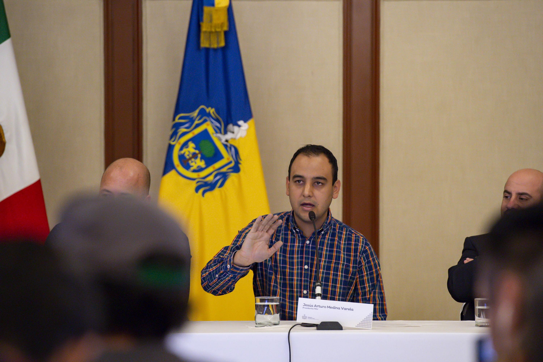 El Presidente de la Federación de Estudiantes Universitarios (FEU), Jesús Arturo Medina Varela, con micrófono en mano haciendo uso de la voz