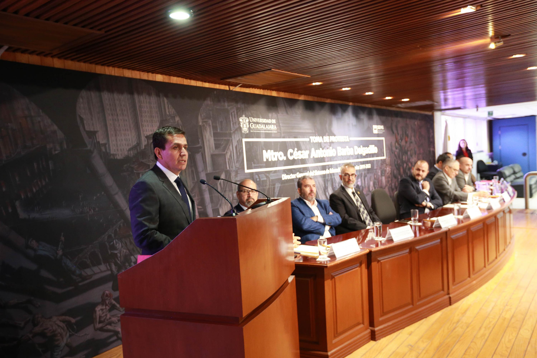 Maestro César Antonio Barba Delgadillo, Director General del Sistema de Educación Media Superior (SEMS), desde el podio haciendo uso de la voz