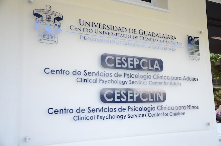 Letrero del Departamento de Clinicas de la salud mental, del Centro Universitario de Ciencias de la Salud.