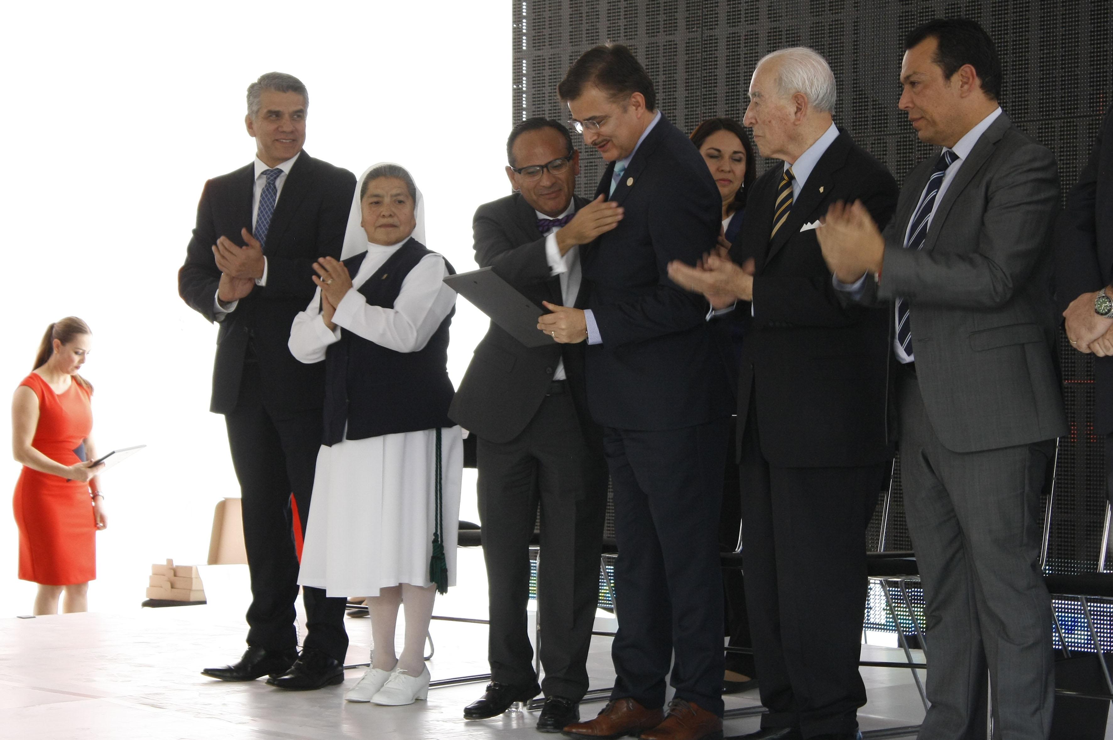 Ceremonia de reconocimiento para el OPD Hospitales Civiles de Guadalajara, por sus 20 años de atención y formación médica.