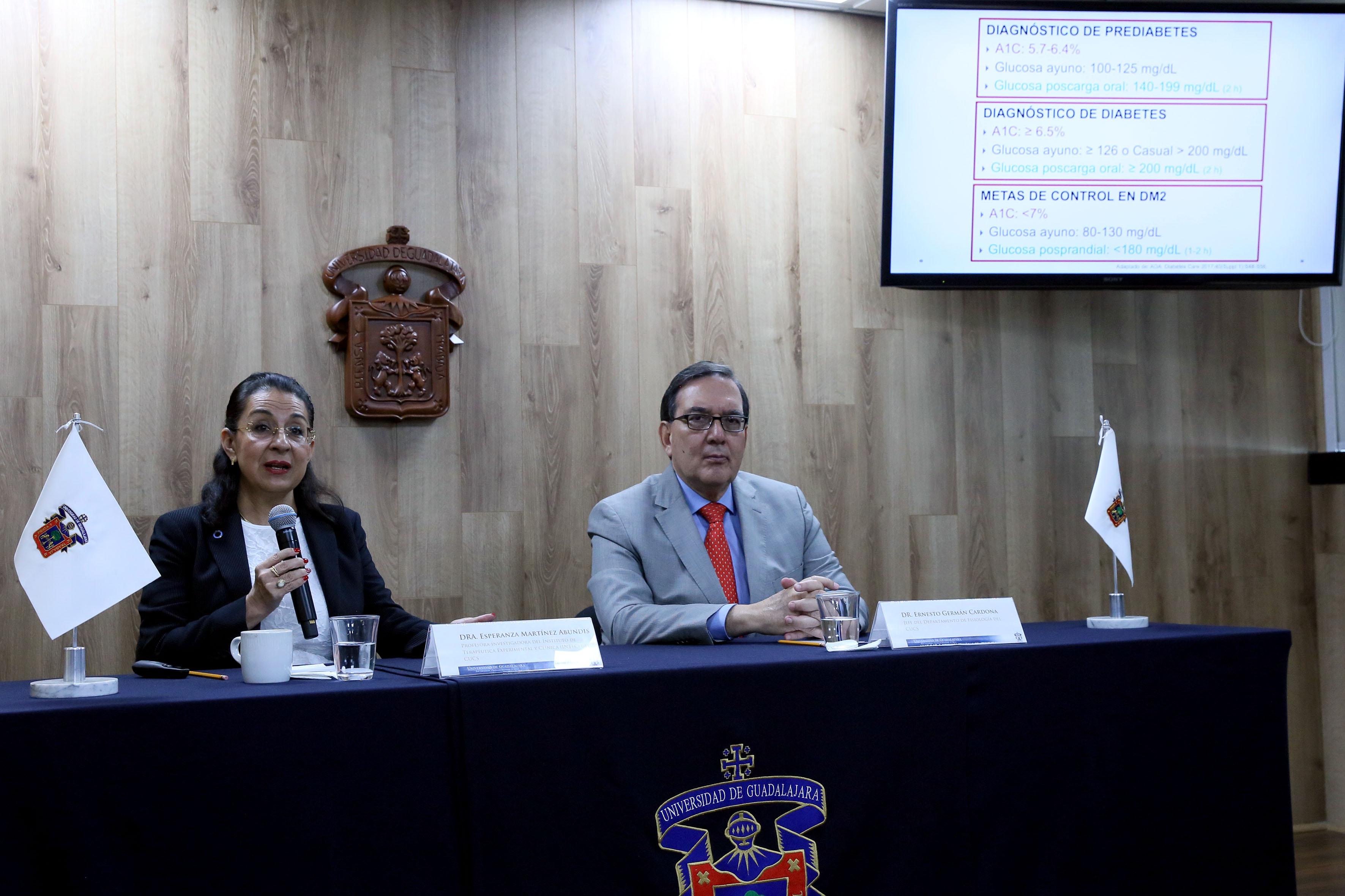 Jefe del Departamento de Fisiología del CUCS, doctor Ernesto Germán Cardona y doctora Esperanza Martínez Abundis, profesora investigadora del Intec, participando  en rueda de prensa.