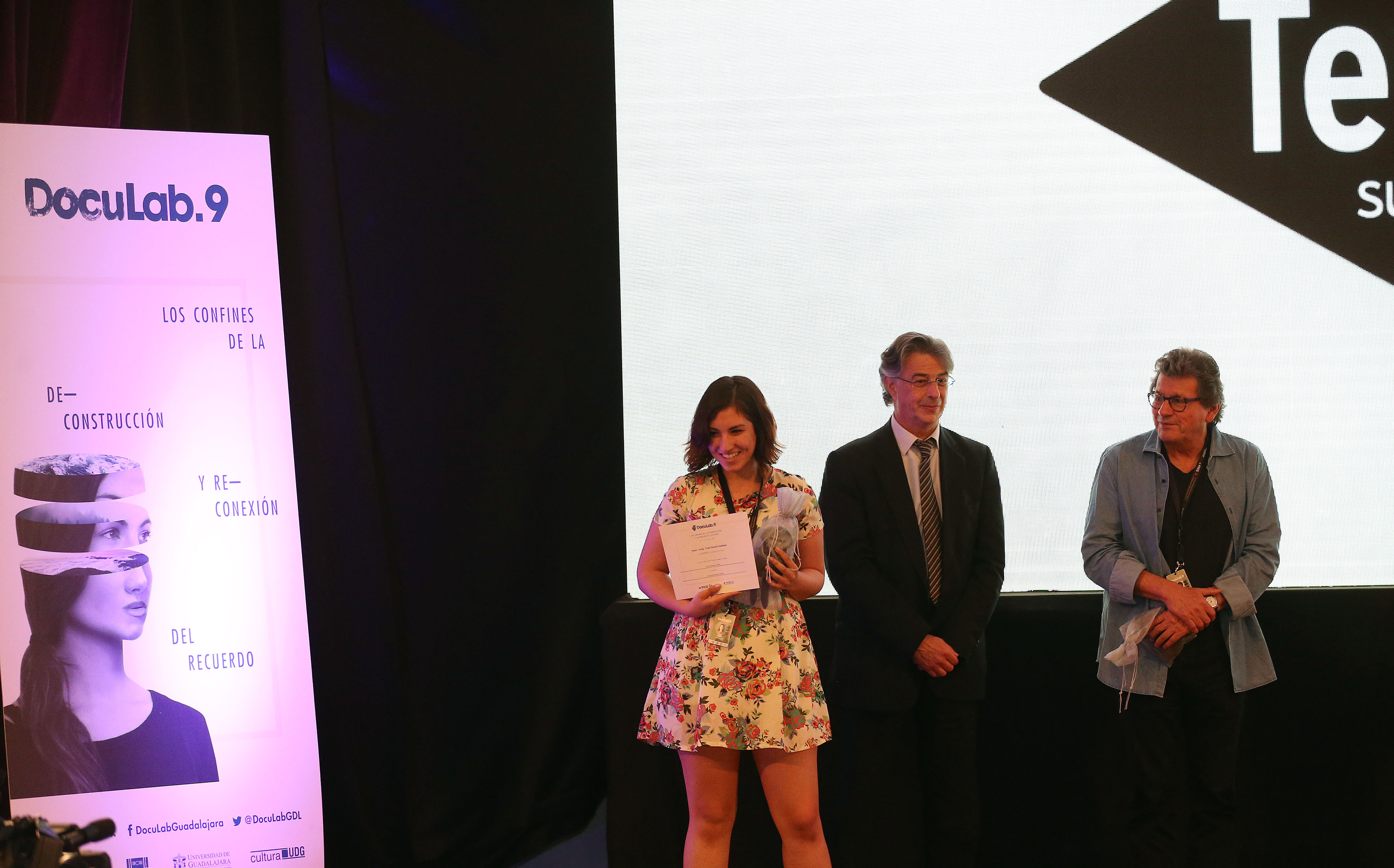 Joven ganadora, mostrando su reconocimiento al público asistente.