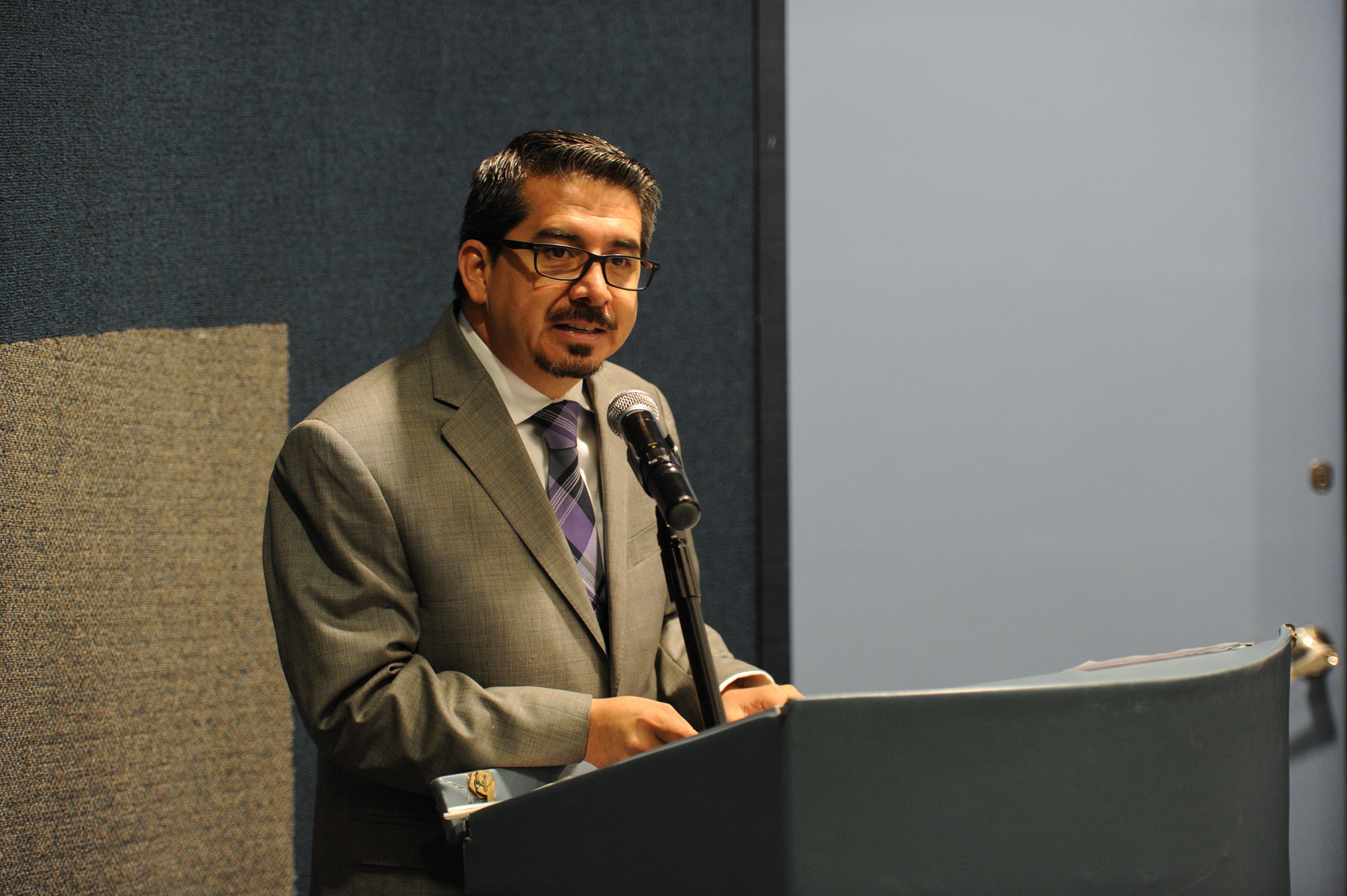Mtro. José Alberto Castellanos Gutiérrez, Rector del CUCEA, inaugurando el Primer Foro de la Seguridad y Salud en el Trabajo.