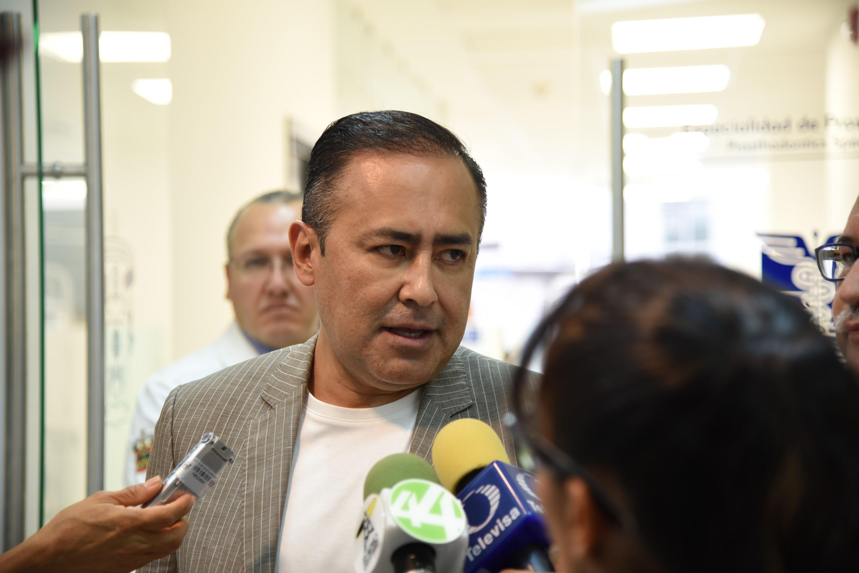 El Rector del Centro Universitario de Ciencias de la Salud (CUCS), doctor Jaime Andrade Villanueva, ofreciendo entrevista a los medios de comunicación.