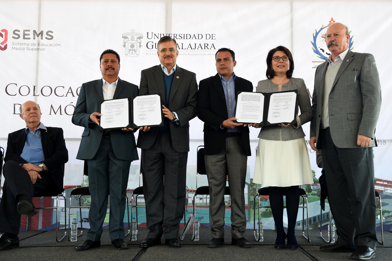 Cinco funcionarios muestran los acuerdos firmados para la construccion del módulo