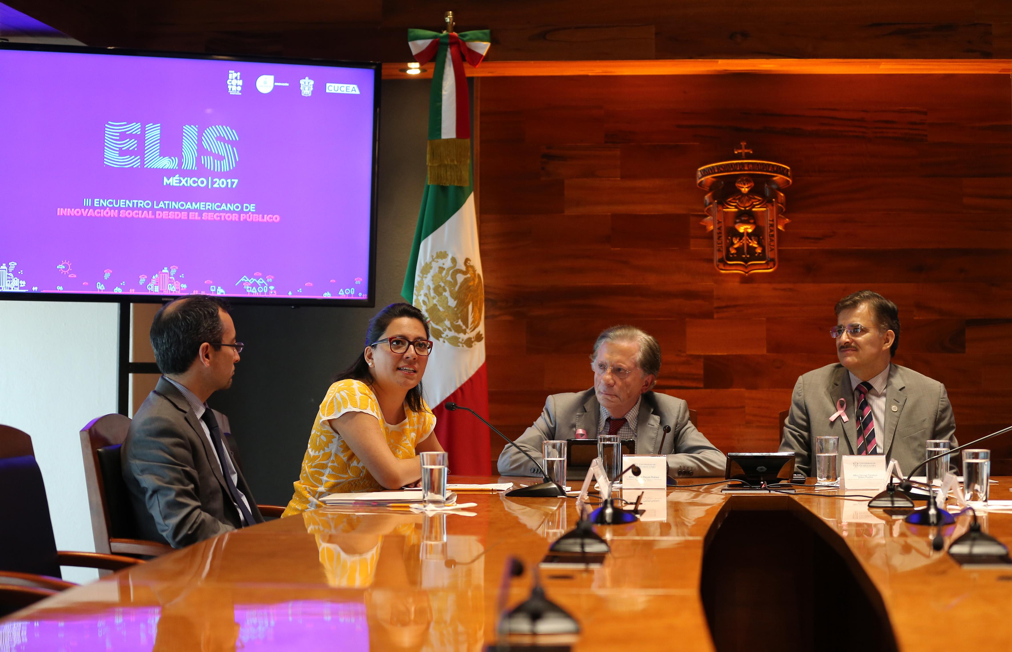 Mtra. Cristina Yoshida Fernández, directora de Sociedad de la Información y el Conocimiento, de la Secretaría de Innovación, Ciencia y Tecnología de Jalisco, haciendo uso de la palabra en conferencia de prensa