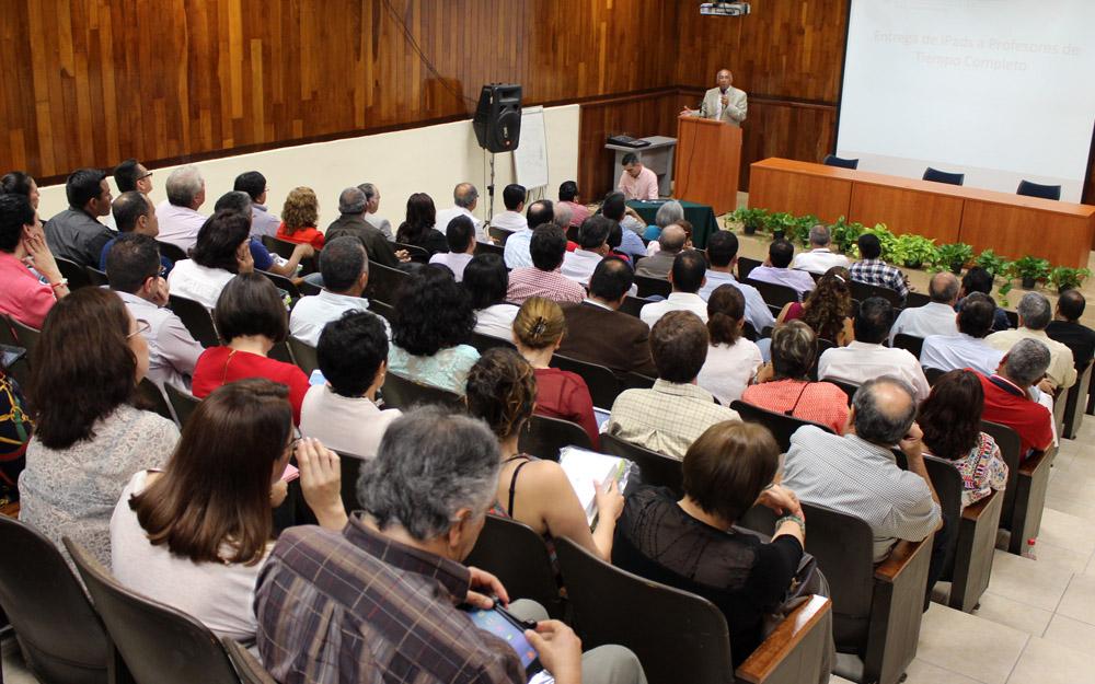 Académicos del CUSur  en el acto de entrega de IPad