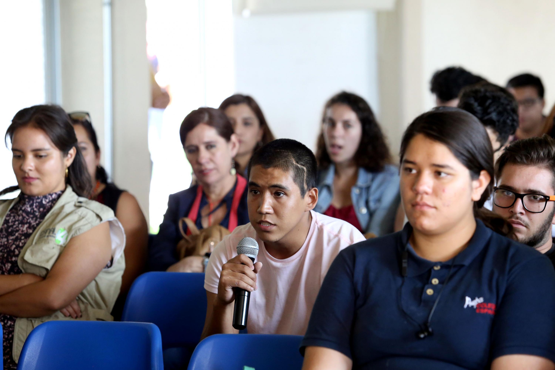 Estudiantes de Periodismo del CUCienega participaron activamente en la charla con Isaack de Loza