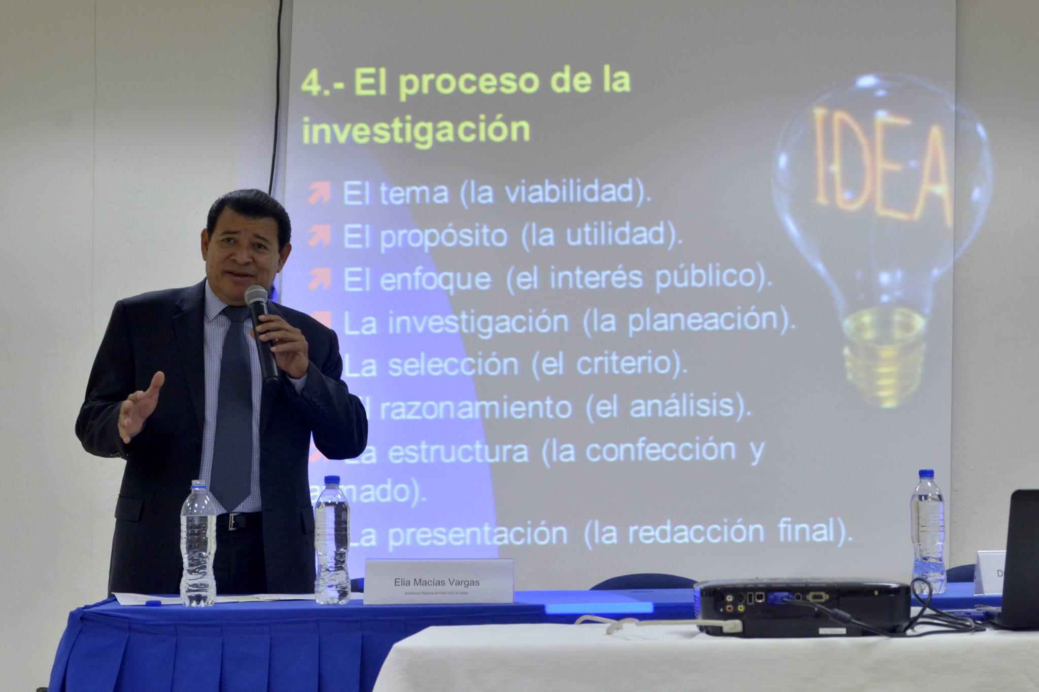 Locutor impartiendo conferencia en los festejos de Radio Universidad en Autlán