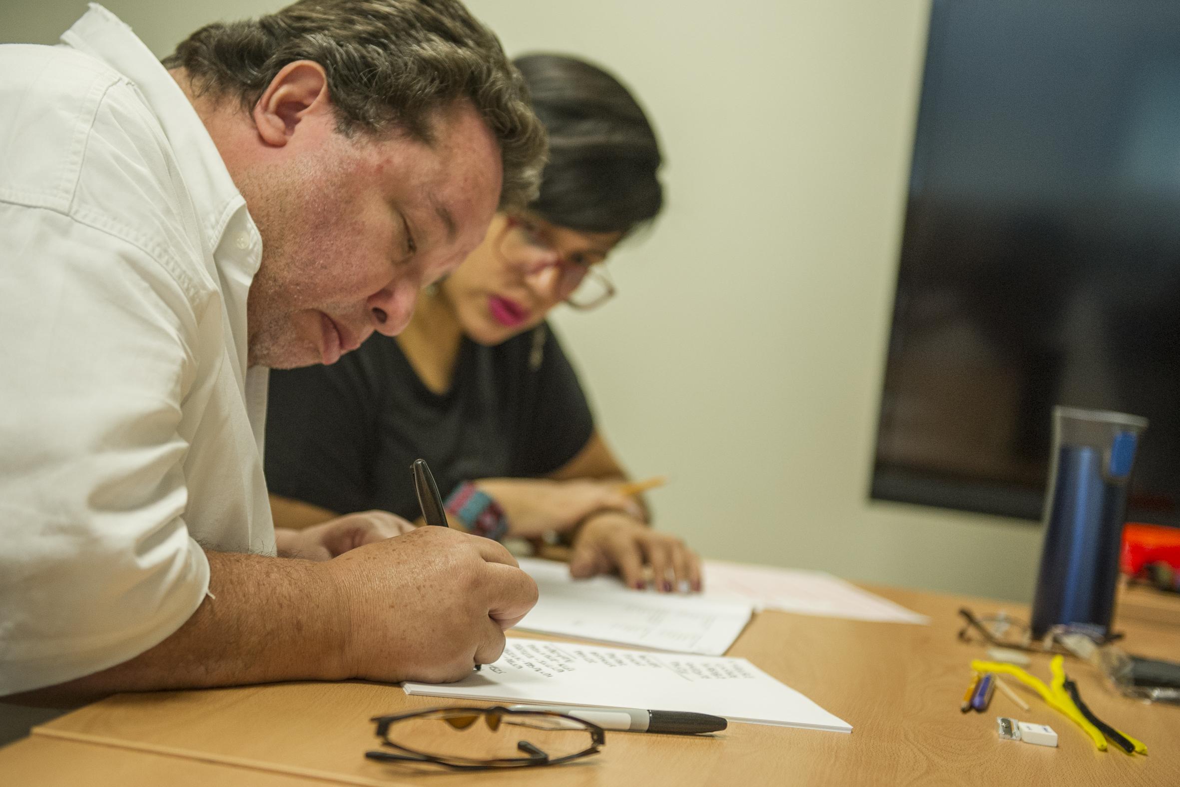 Aspirante en situación de discapacidad, aplicando examen para ingresar al nivel superior, en la Universidad de Guadalajara.