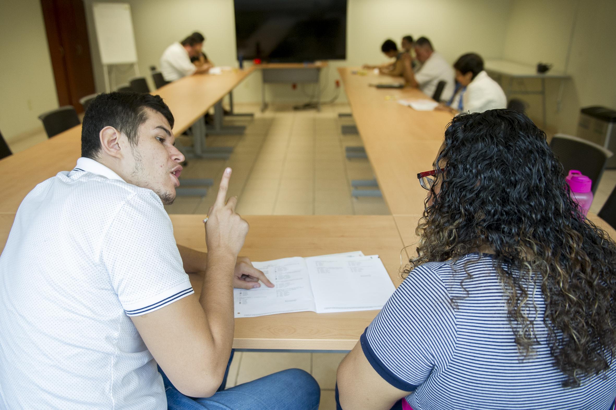 Aspirante en situación de discapacidad, consultando dudas sobre el examen.
