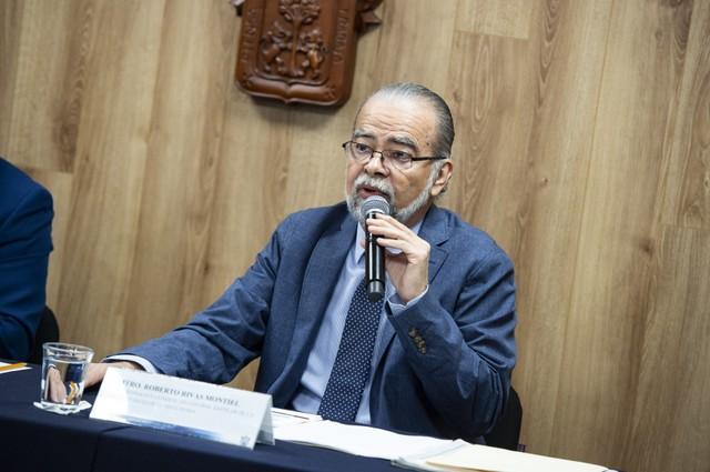 Coordinador General de Control Escolar, maestro Roberto Rivas Montiel, haciendo uso de la palabra durante rueda de prensa