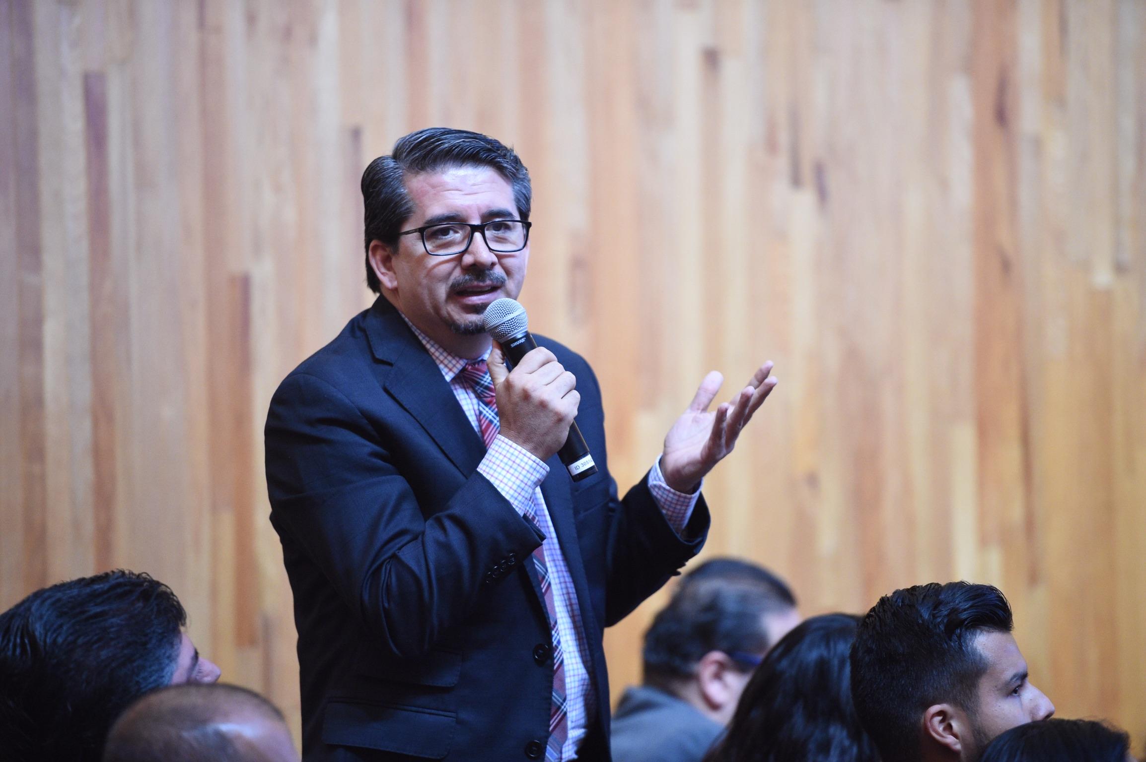Rector del CUCEA;  como miembro del Consejo General Universitario; con micrófono en mano, haciendo uso de la palabra.