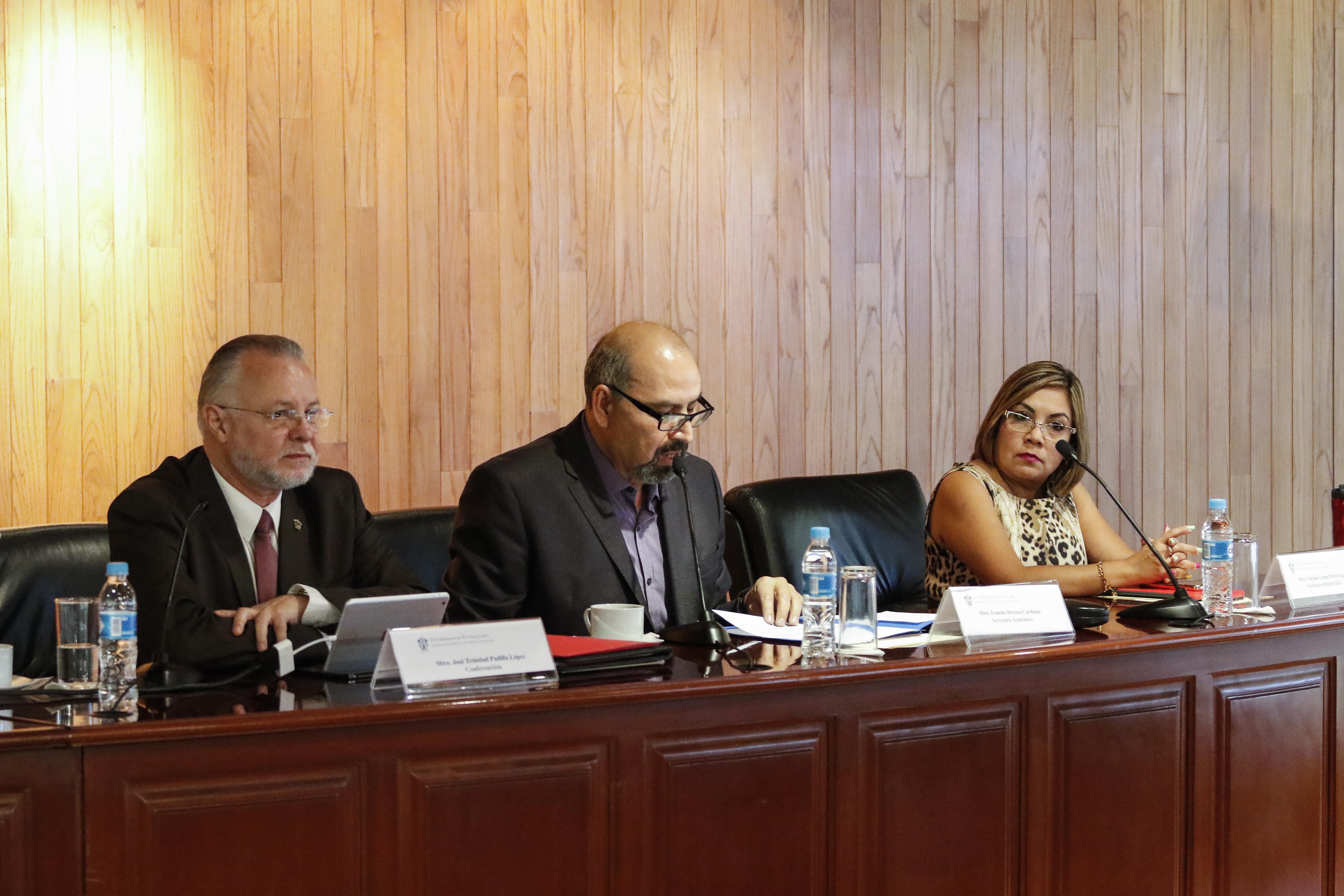 Mtro. Ernesto Herrera Cárdenas, Secretario Académico del SEMS, haciendo uso de la palabra, como panelista en el evento.