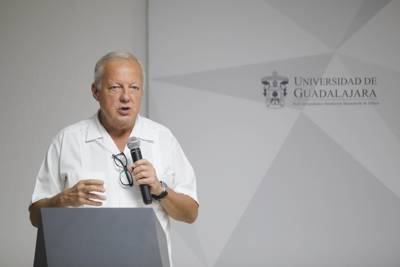 Analista Federico Reyes Heroles, en una charla que abrió las actividades culturales en la Librería Carlos Fuentes, de la Universidad de Guadalajara (UdeG).