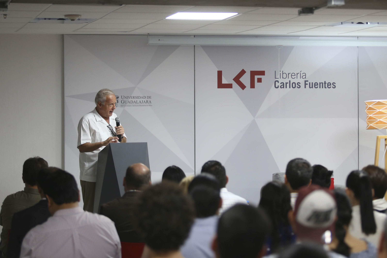Analista Federico Reyes Heroles, durante la charla que abrió las actividades culturales en la Librería Carlos Fuentes, de la Universidad de Guadalajara (UdeG).