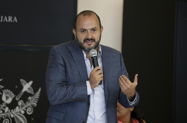 El rector de CUTONALA hablando al microfono durante la inauguración