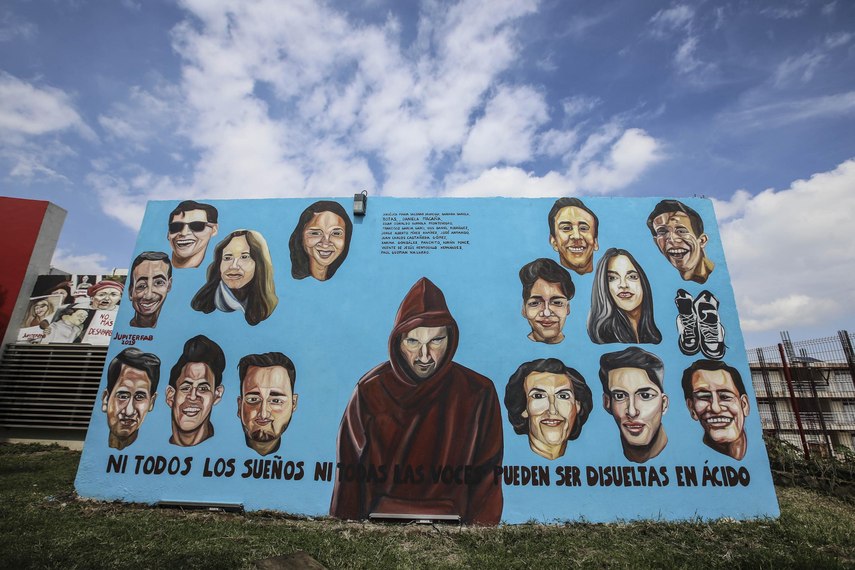 Se muestra el mural para visibilizar la violencia que muestra las imágenes de estudiantes desaparecidos