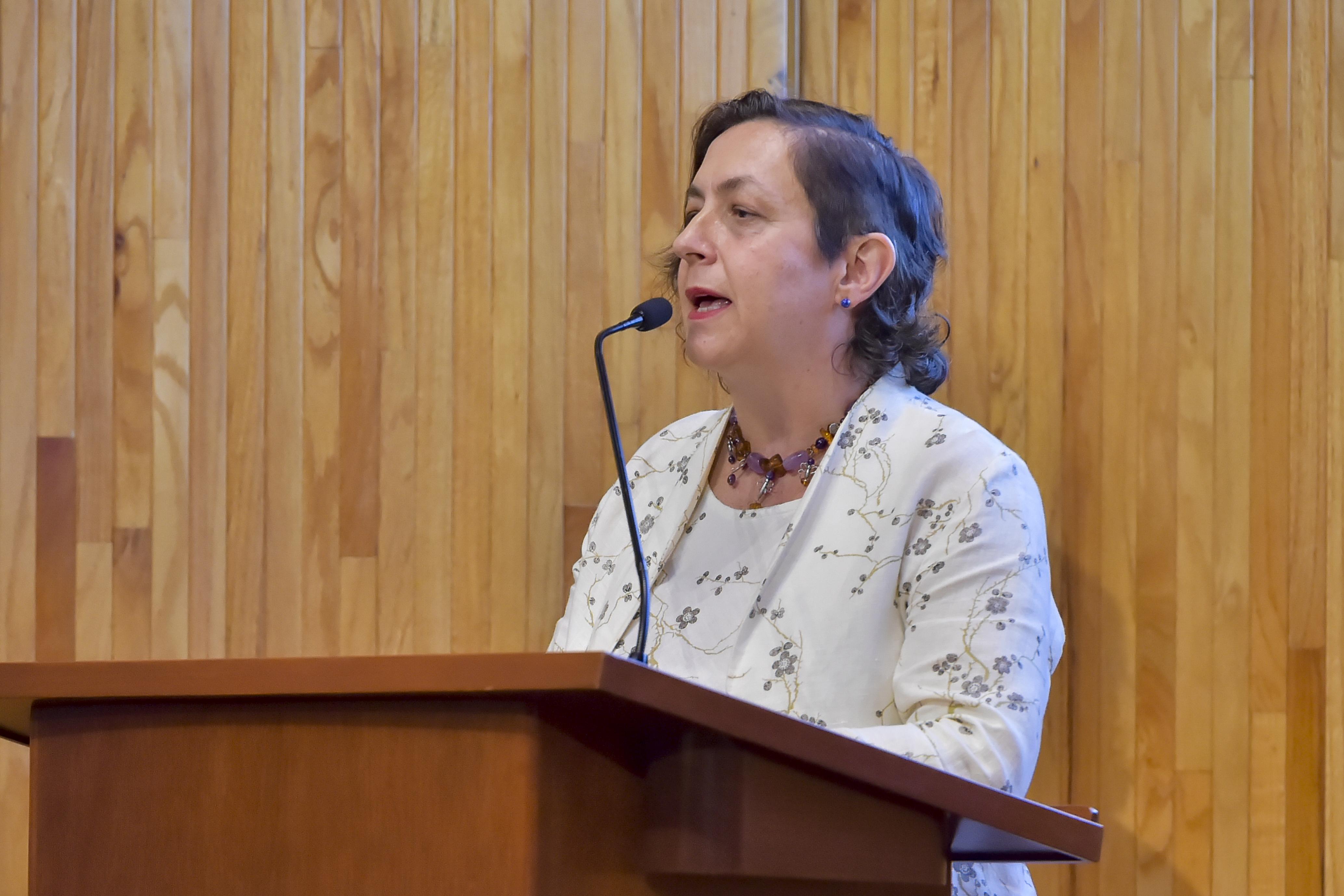 Directora de la cátedra, Carmen Villoro, haciendo uso de la palabra