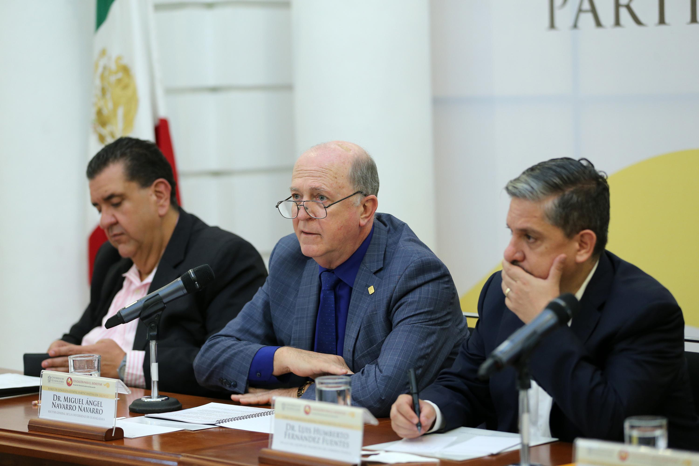 Doctor Miguel Ángel Navarro Navarro, Rector General de la UdeG; haciendo uso de la palabra, en rueda de prensa.