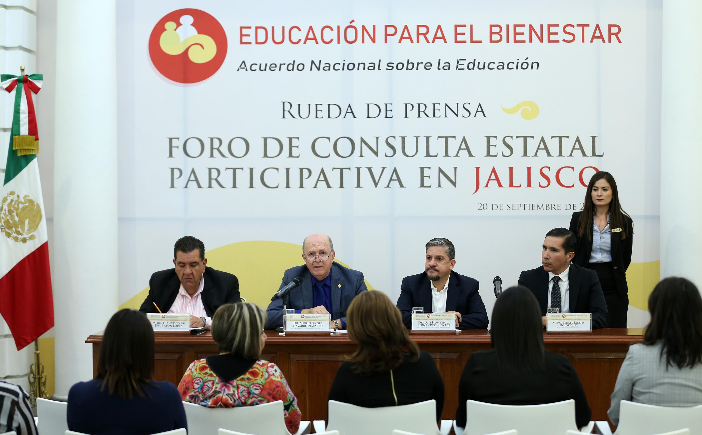 Doctor Miguel Ángel Navarro Navarro, Rector General de la UdeG; haciendo uso de la palabra, durante el evento.