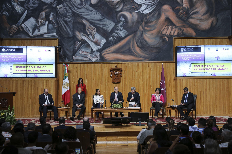 """Rector del CUCSH, doctor Héctor Raúl Solís Gadea; moderando el Foro """"Seguridad Pública y Derechos Humanos"""", en el Paraninfo Enrique Díaz de León."""