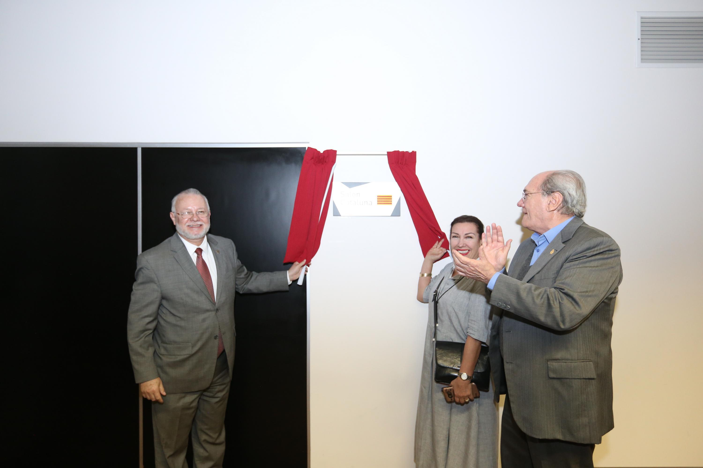 Develan placa de la Sala Cataluña en la Biblioteca Pública Juan José Arreola,