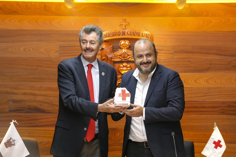 El doctor Ricardo Villanueva Lomelí junto con el delegado de la Cruz Roja Mexicana en Jalisco
