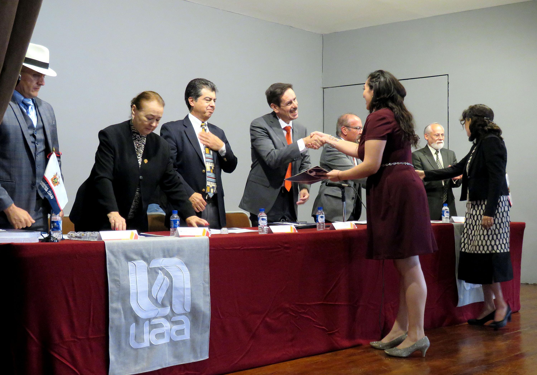 Entrega el Rector del CUAAD, los títulos de licenciados en Música a docentes de la Universidad Autónoma de Aguascalientes