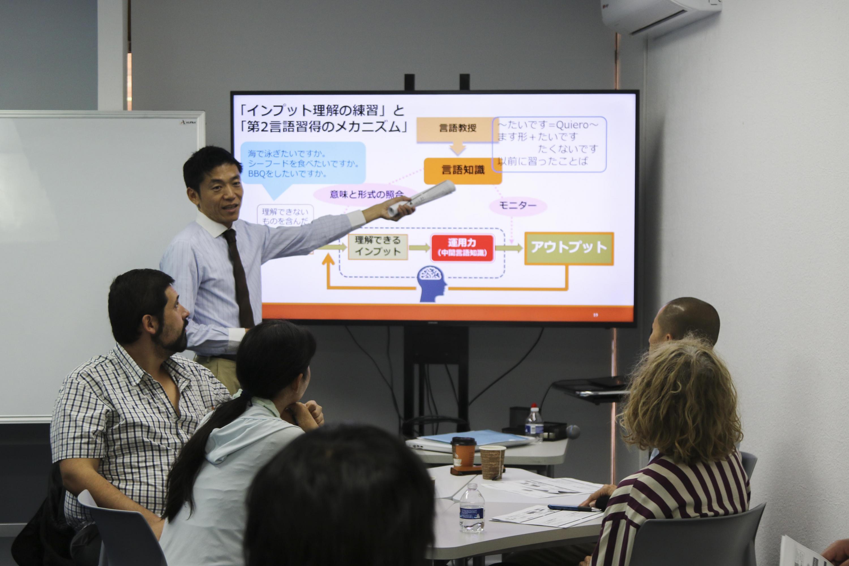 El el maestro Goro Sato en la capacitación explica la técnica para enseñar japonés