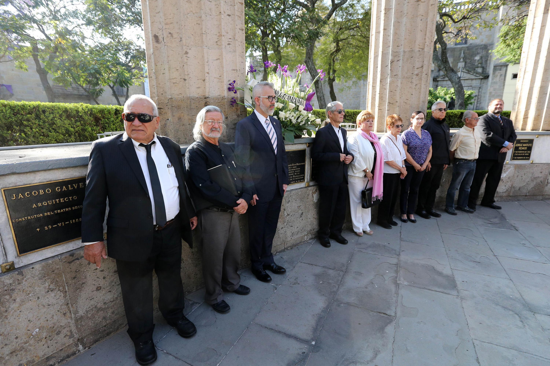 En la Rotonda de las y los Jaliscienses Ilustres, autoridades universitarias y familiares de Zuno Hernández