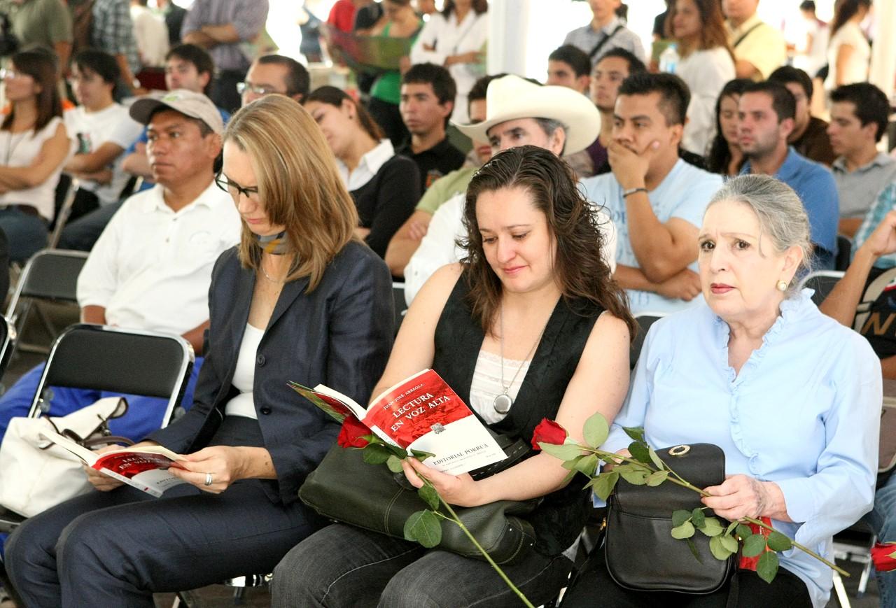 Imagen de personas que asistieron al maratón de lectura en la Rambla en años pasados