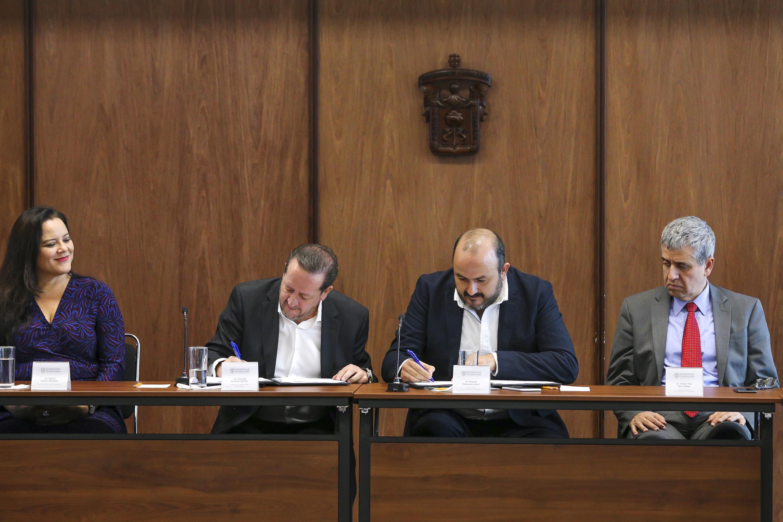 El Rector General de la UdeG, doctor Ricardo Villanueva firma el documento de convenio con el representante de IBM