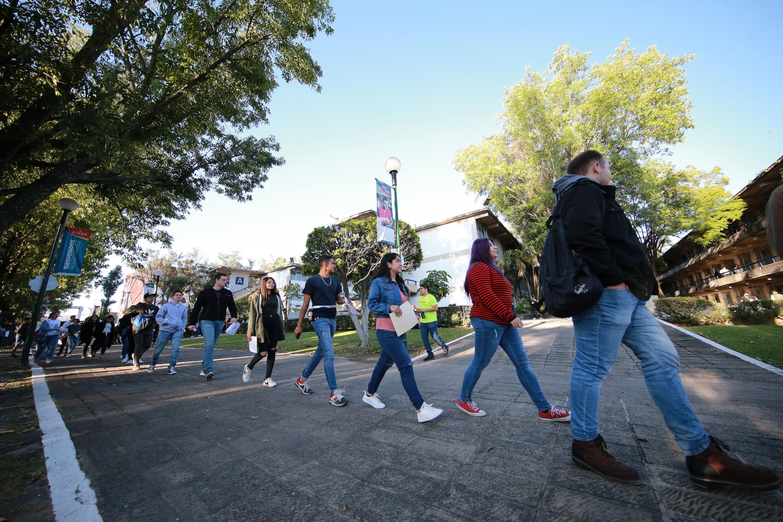 Hacen fila los aspirantes en centros universitarios