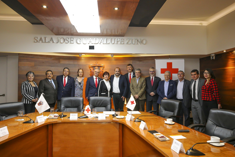 Panorámica de autoridades universitarias y de la Cruz Roja Mexicana