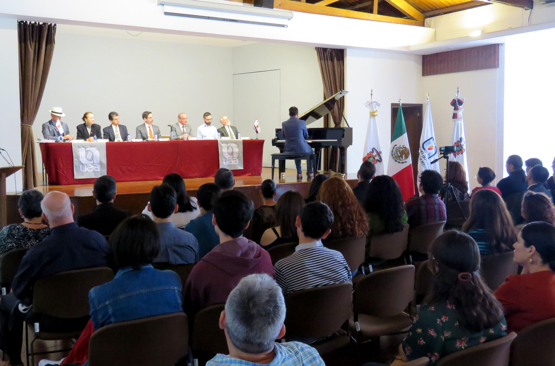 Durante el acto de entrega de títulos de licenciados en Música a académicos de la Universidad Autónoma de Aguascalientes