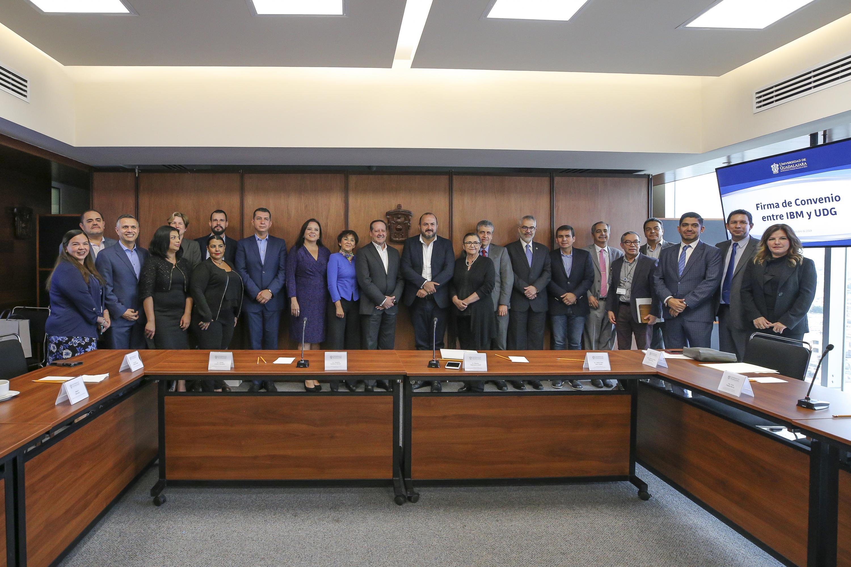 El Rector General de la UdeG, doctor Ricardo Villanueva, con funcionarios de la UdeG y miembros de IBM al finalizar la firma de convenio en Rectoría General