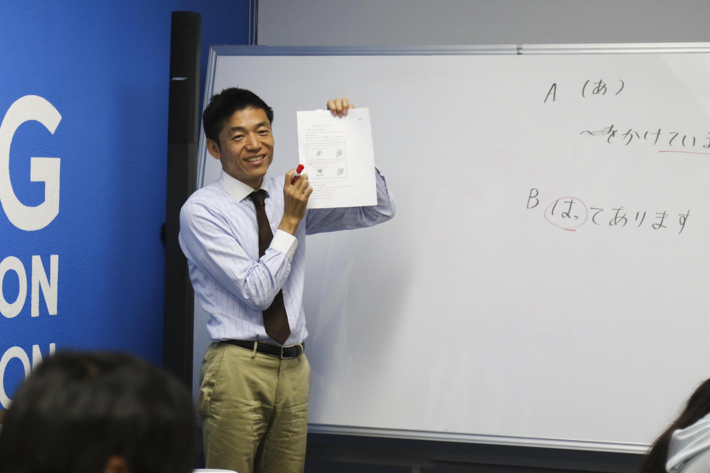 Durante la capacitación el maestro Goro Sato les enseña