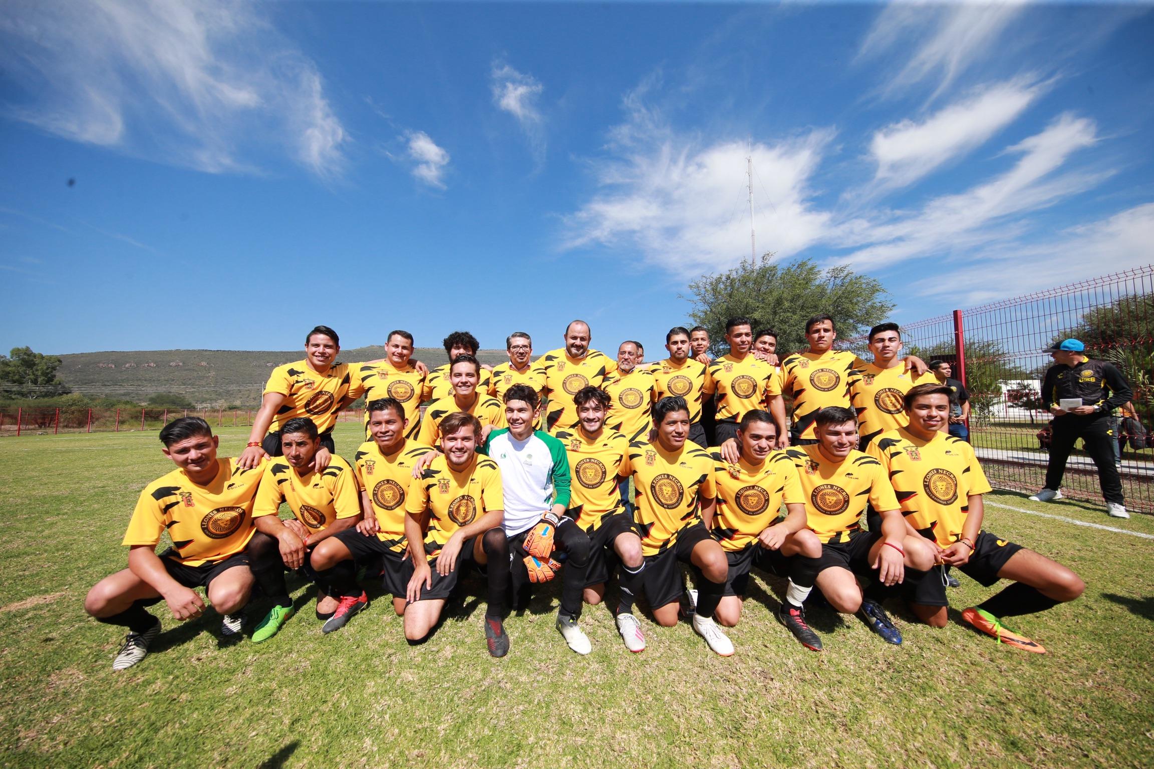 El Rector General de la UdeG con el equipo de futbol Leones Negros de CUNorte