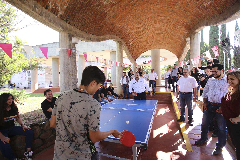 Rector General, doctor Ricardo Villanueva, participa en los festejos por los 25 años de la Red. Juega ping pong