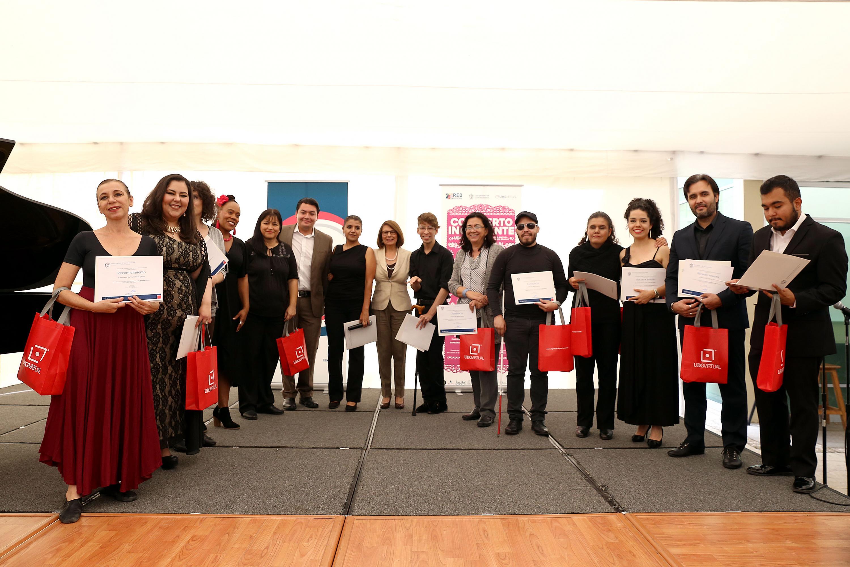 Todos los participantes del concierto con la Rector de UDGVirtual, doctora María Esther Avelar