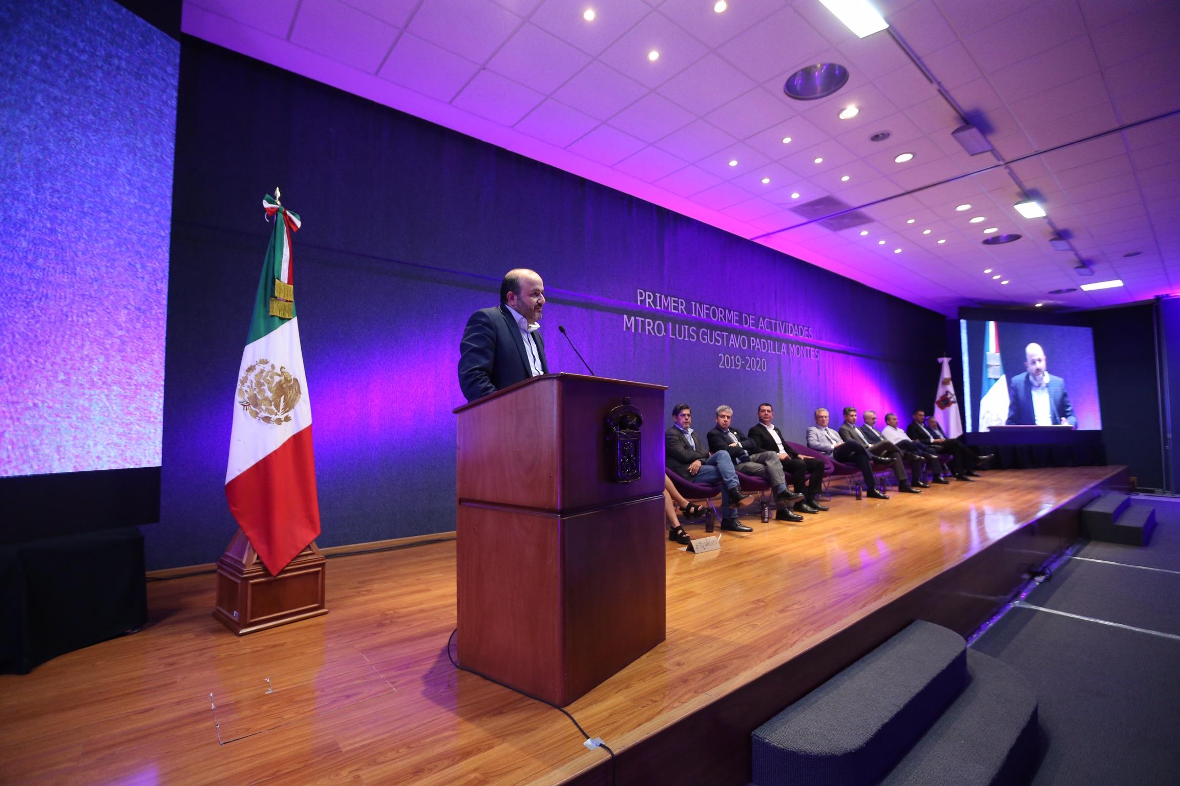 En el podio, el Rector General, en su mensaje al término del informe del rector del CUCEA