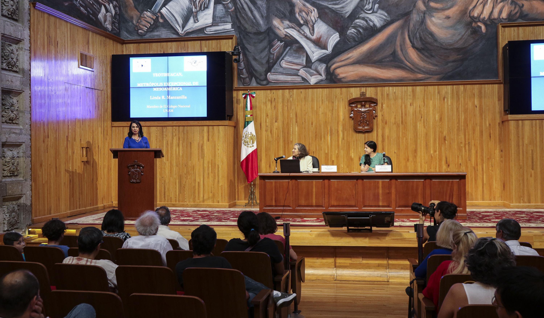 En la presentación de la arqueóloga, la titular de la cátedra, la doctora Dulce María Zúñiga